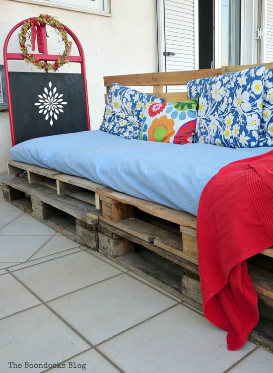 Quickly Make a Super Easy Pallet Couch from The Boondocks Blog.