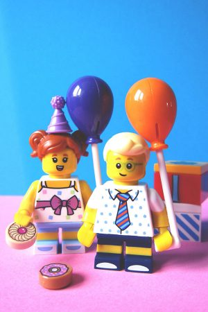 Lego minifigures holding party balloons