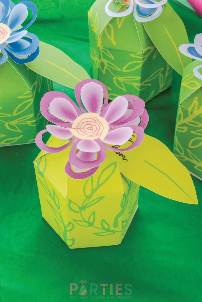 favor boxes with flower tops for a flower party